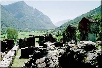 Ticino tessin semione castello di serravalle for Cortile circolare